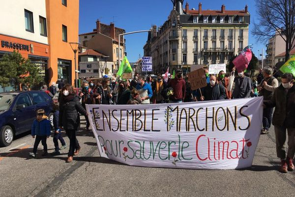Samedi 27 mars, environ 150 personnes ont défilé dans les rues du Puy-en-Velay pour le climat.