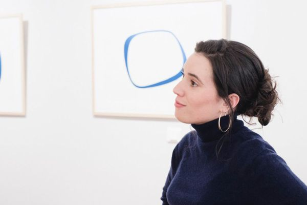 L'artiste-peintre Natacha Dumur devant une de ses toiles