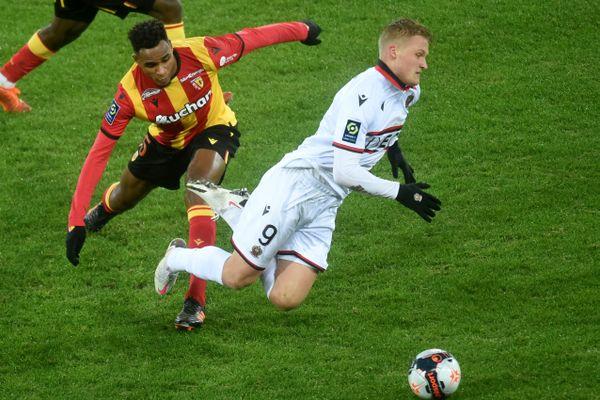 Ismaël Boura (Lens) et Kasper Dolberg (Nice) se battent pour le ballon rond au stage Bollaert à Lens.