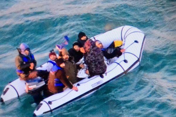 Leur embarcation se trouvait en panne de moteur.
