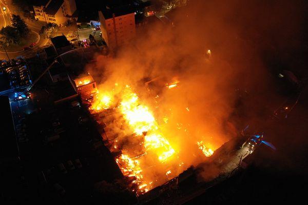 """A Millau, les pompiers ont lutté une partie de la nuit pour éteindre l'incendie qui a ravagé cet entrepôt du magasin """"BigMat"""". - 7 juin 2021."""