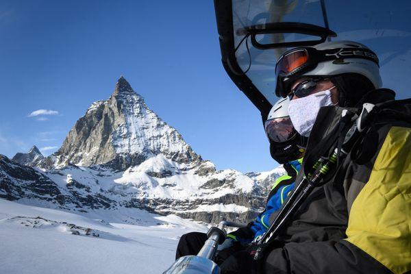 Le pass sanitaire ne sera pas obligatoire cet hiver dans les stations de ski suisses, mais le masque restera de rigueur dans les remontées mécaniques.