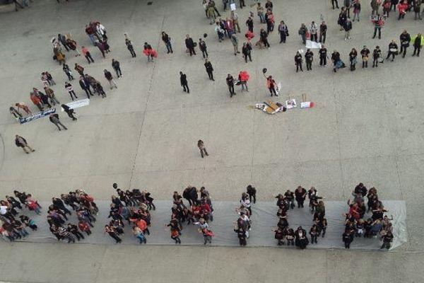 """Aux abords des arènes de Nîmes, les anti-corrida ont formé un message en lettres humaines: """"corrida stop"""""""
