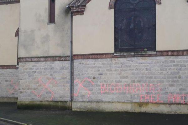 """Les croix gammées découvertes à Echouboulains, accompagnées des termes """"biobananas"""" et """"free party""""."""