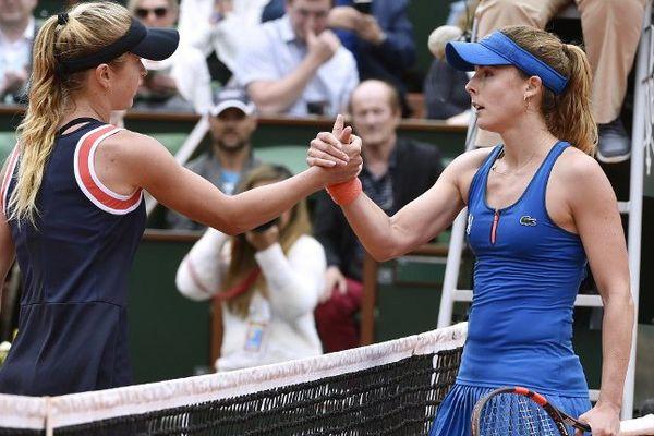 Alizé Cornet salue son adversaire Elina Svitolina à la fin du match qu'elle vient de perdre 6-2/7-6
