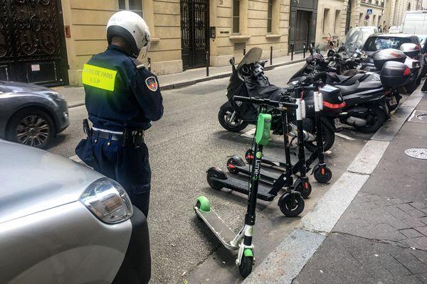 Les motos et scooters thermiques devront payer leur stationnement d'ici 2022 à Paris