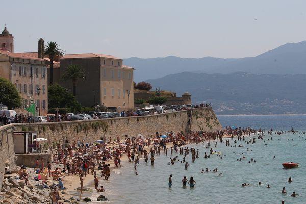"""La très touristique Ajaccio fait face à une poussée spectaculaire du nombre de locations """"informelles""""..."""