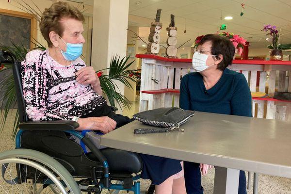 Une résidente de l'Ehpad L'Oeuvre Schyrr à Hochstatt, dans le Haut-Rhin, en compagnie de sa fille. Ici, comme dans les autres établissements français, le recensement des avis sur le vaccin anti-covid a commencé.