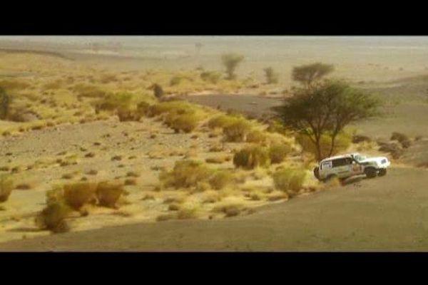 """Course d'orientation dans le désert, nécessitant de savoir """"couper"""" la route..."""