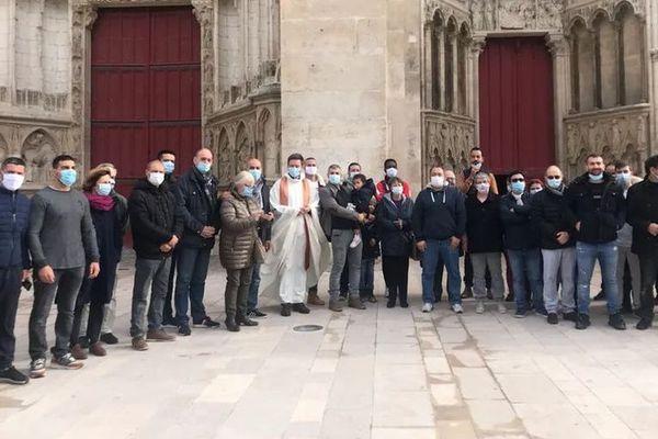 Une quarantaine de musulmans réunis devant la cathédrale d'Auxerre ce dimanche de Toussaint