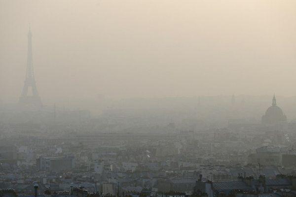 Paris sous un épais nuage de particules, le 18 mars 2015.