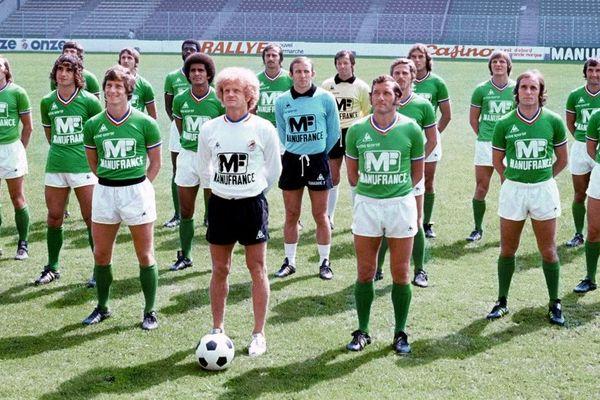 Les Verts en 1976 posent au stade Geoffroy Guichard.