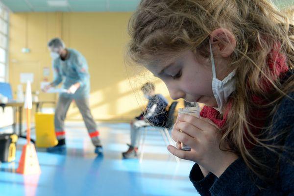 Test réalisé à l'école Flandre à Charleville-Mézières le 16 février 2021 lors d'une campagne de tests.