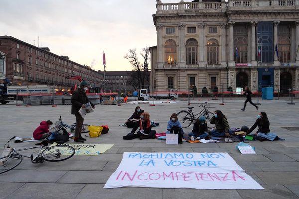 Protestation de deux collégiennes et une lycéenne, piazza Castello à Turin, devant le siège de la région Piémont