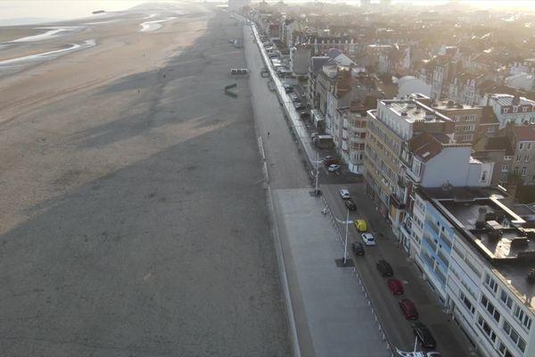 La plage de Dunkerque totalement vide. Ce samedi 27 février, un confinement est de nouveau mis en place dans l'agglomération pour tenter de freiner l'explosion des contaminations.