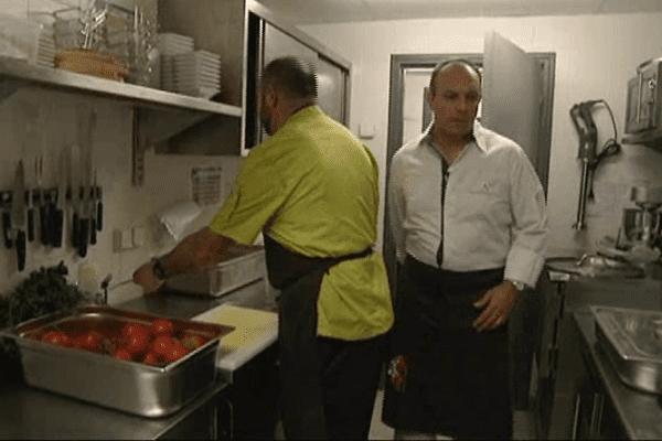 Le chef étoilé Pierre-Louis Marin surveille la restauration pour une soixantaine d'écoliers du village.