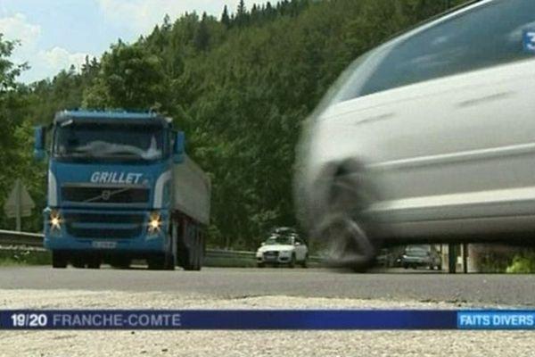 Un camion qui circule sur la RN 57 à l'endroit où les accidents sont fréquents.