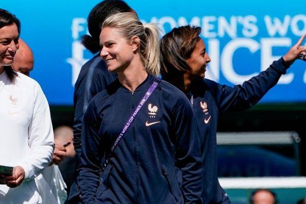 Corinne Diacre, entraîneur, et Amandine Henry, capitaine des Bleues, en reconnaissance du Parc des Princes, le 6 juin 2019.