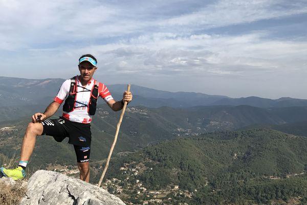 Denis Clerc, alias Zinzin reporter au sommet du Ranc de Banes à 713 m d'altitude près de Sumène dans le Gard.
