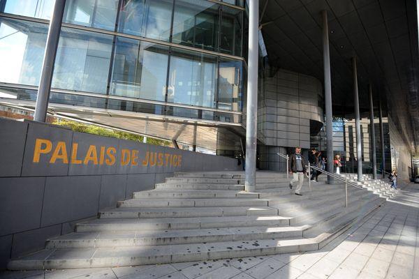 Sept personnes soupçonnées d'être impliquées dans le meurtre d'un jeune homme de 22 ans ont été déférées devant le juge d'instruction à Grenoble le 13 octobre 2021.