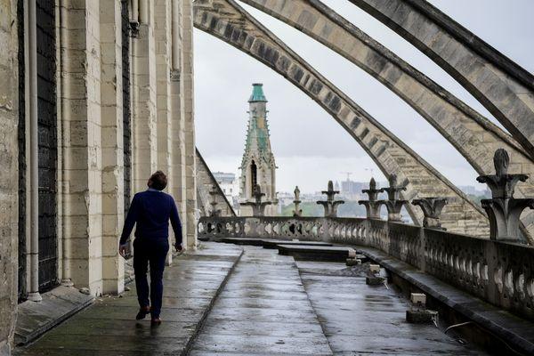 Un homme inspecte Notre-Dame de Paris, en juin 2017.
