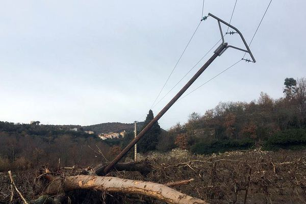 Les 167 habitants du petit village d'Ansignan dans les Pyrénées-Orientales n'ont plus d'électricité après le passage de la tempête Gloria des 22 et 23 janvier 2020. La ligne de 20 000 Volts en bordure de l'Agly est à terre. Elle alimente Ansignan, Trilla et Saint-Arnac, des villages qui ont aussi recours à des groupes électrogènes.