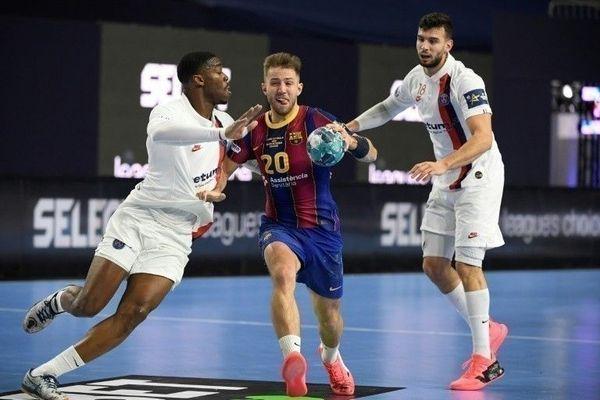 Le Barcelonais Aleix Gomez (centre) et les Parisiens Dylan Nahi (g) et Nedim Remili (d) lors de la demi-finale de la Ligue des champions de handball, le 28 décembre 2020 à Cologne, en Allemagne. (©AFP/Ina Fassbender)