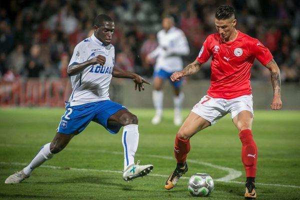 Le défenseur de l'AJA Carlens Arcus (à gauche) lors du match Nîmes-Auxerre vendredi 15 septembre 2017