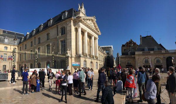 Une manifestation contre la baisse des aides personnalisées au logement a eu lieu place de la Libération à Dijon, samedi 14 octobre 2017
