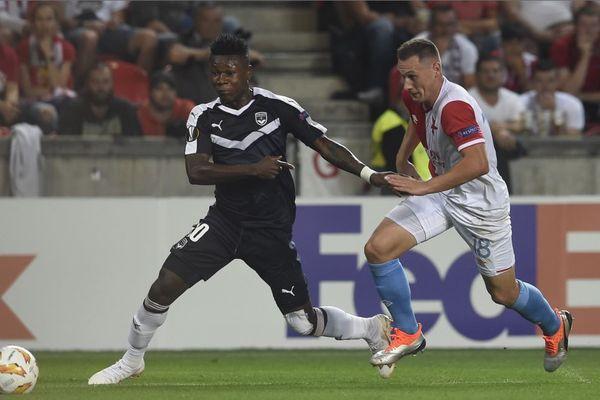 L'attaquant bordelais Samuel Kalu face à une défense tchèque solide