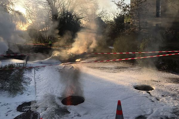 La chaussée effondrée à Vezin-le-Coquet. La mousse déversée par les pompiers pour essayer d'éteindre l'incendie sous-terrain