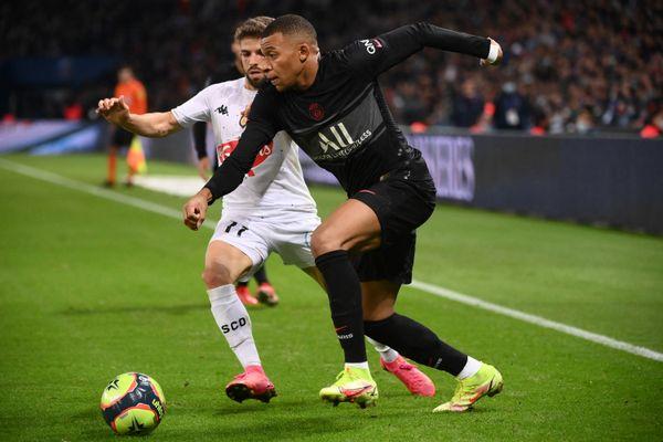 L1, Kylian Mbappe et Jimmy Cabot durant le match de football entre le PSG et le SCO Angers au Parc des Princes à Paris  le 15 octobre 2021