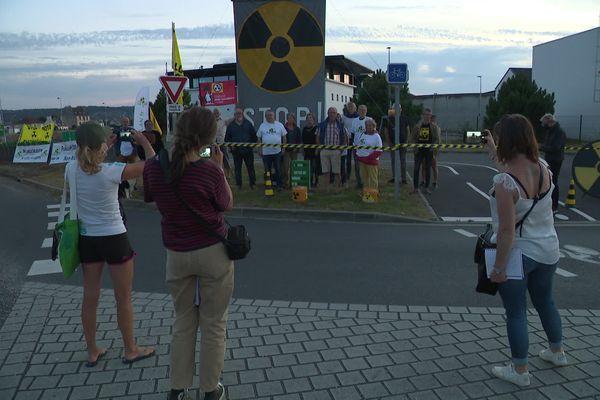 Plusieurs associations antinucléaires se sont rassemblées sur le passage du convoi pour dénoncer le transfert du Mox vers le Japon.