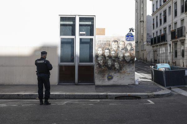 Devant les anciens locaux de Charlie Hebdo, rue Nicolas Appert à Paris, samedi 26 septembre, le lendemain de l'attaque.