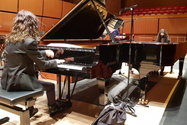 Les deux pianos tête-bêche, marque de fabrique des sœurs Labèque en concert