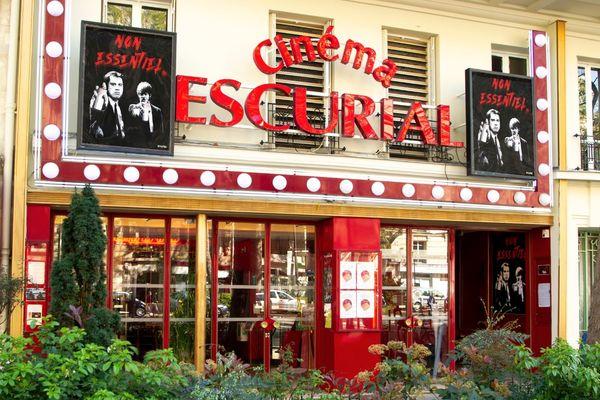 Les affiches sont visibles devant trois cinémas parisiens : l'Escurial dans le XVIIIe, le Majestic Bastille dans le XIe, et le Reflet Medicis dans le Ve.