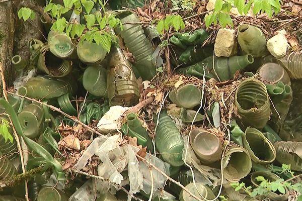 Des bouteilles en PVC, remontant a priori aux années 1960 et 1970, ont été enfouies sur des terrains de l'usine d'embouteillage. Nestlé Waters, aujourd'hui propriétaire, entend s'en débarrasser. Des analyses sont en cours.