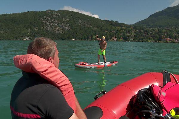 Des pompiers veillent chaque jour sur le lac d'Annecy, prêts à intervenir en cas d'accident.