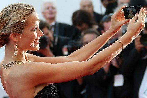 Un petit selfie-souvenir à Cannes pour le top model, Petra Nemcova.
