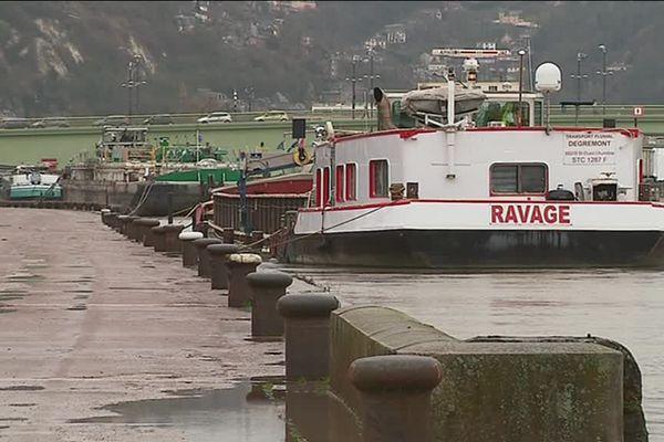 Des bateaux à l'arrêt ce mercredi après-midi à Rouen, après l'interdiction de naviguer en Seine décrétée par la préfecture de Seine-Maritime.