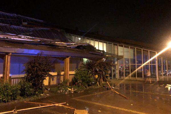 Le toit de la salle des fêtes de Doussard (Haute-Savoie) a cédé aux intempéries, mardi 2 juillet.