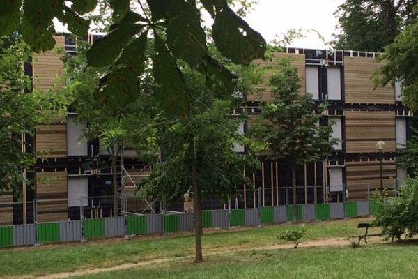 Le centre d'hébergement a été construit au bord du Bois de Boulogne en 2016.