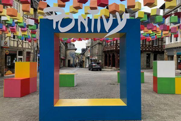 La ville parade aux couleurs des tuniques qui récompensent les meilleurs coureurs du Tour de France