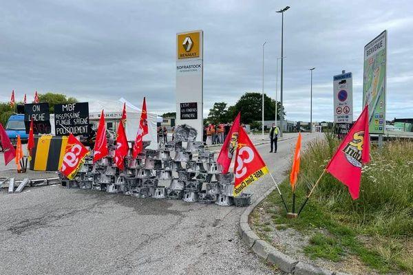 Les salariés de MBF Aluminium dans le Jura se sont installés devant l'usine Sofrastock dans l'Eure, un site stratégique de Renault.