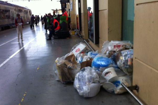Les poubelles s'entassent Gare Saint-Charles à Marseille, suite à un mouvement des salariés de l'entreprise de nettoyage.