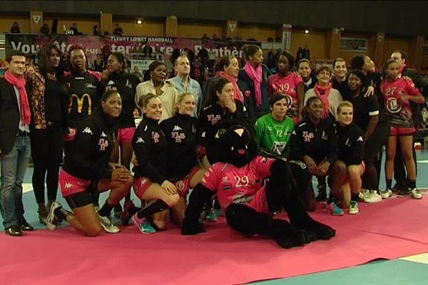 Le Fleury Loiret Handball pose pour une photo de l'équipe.