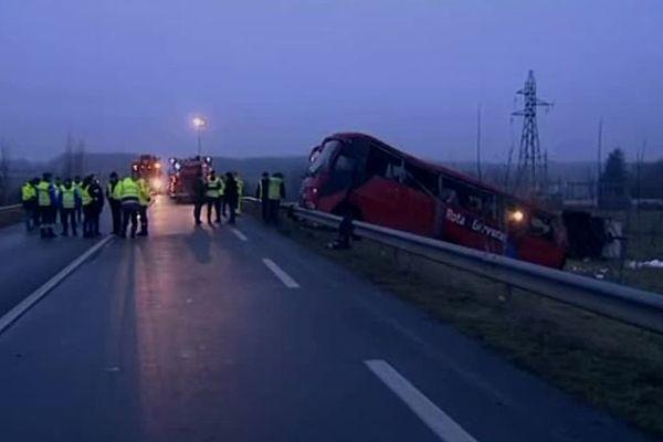 Le car de tourisme portugais accidenté, le 9 janvier 2017, sur la RCEA, à hauteur de Charolles (archives)