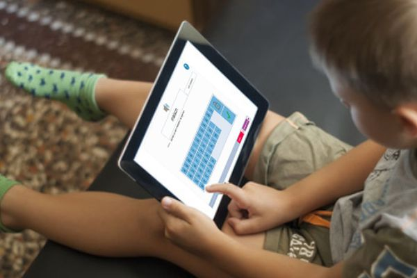 Les enfants apprennent sur Orthobase, un logiciel disponible sur de nombreux supports