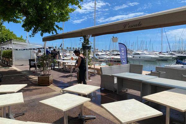 Les bars et restaurants préparent la réouverture de leurs terrasses ce mercredi 19 mai. Ici, sur le port de Golfe Juan dans les Alpes-Maritimes.