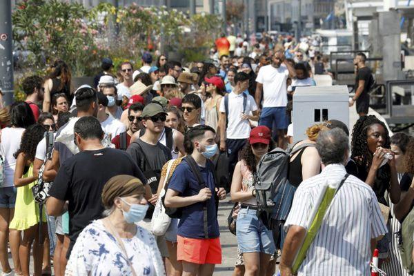 Marseille le 13 juillet 2020, peu de masques et une distanciation sociale non respectée sur le Vieux-Port.